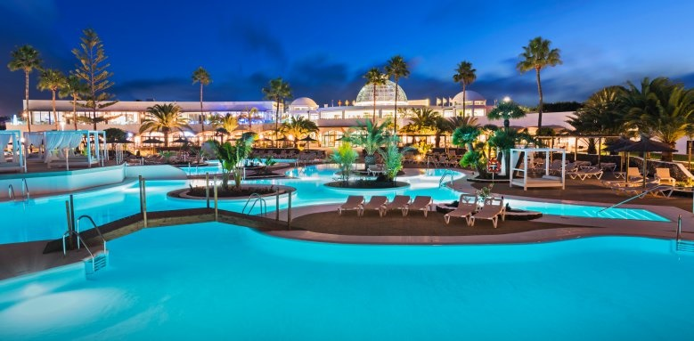 Elba Lanzarote Royal Village Resort, Pool at night