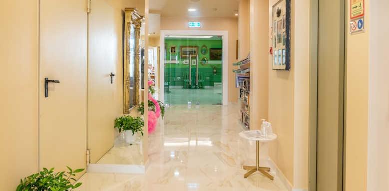 Se Boutique, hallway