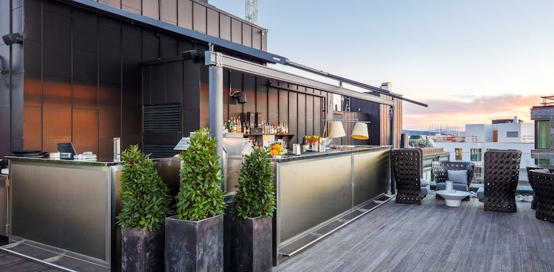 The Thief, roof bar