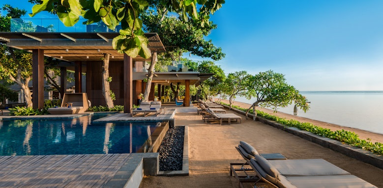 Maya Sanur, main pool and tree bar