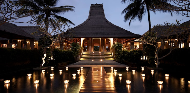 Maya Ubud, lobby area in the evening