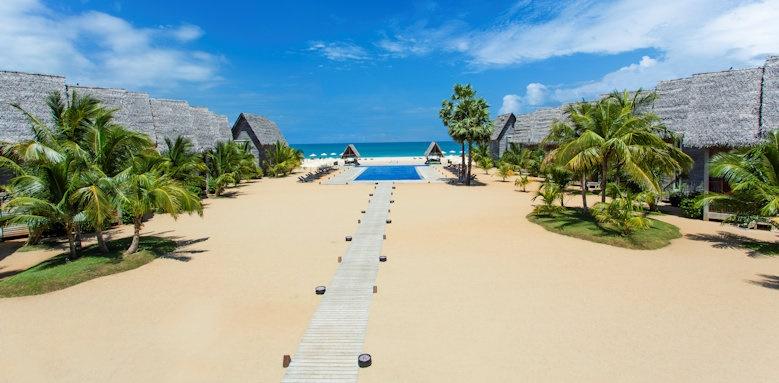 Maalu Maalu Resort & Spal, pool and beach