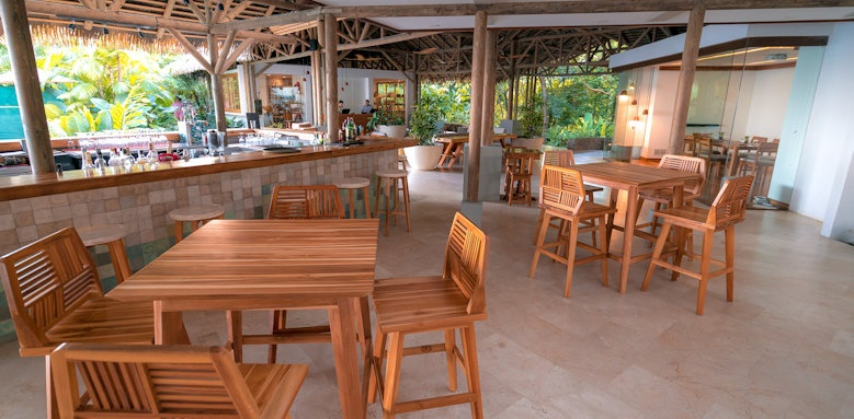 Arenas del Mar Beachfront & Rainforest Resort, bar