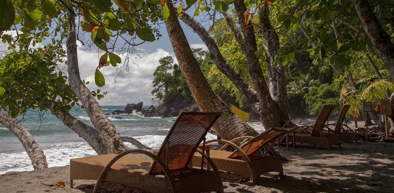 Arenas del Mar Beachfront & Rainforest Resort, beach loungers