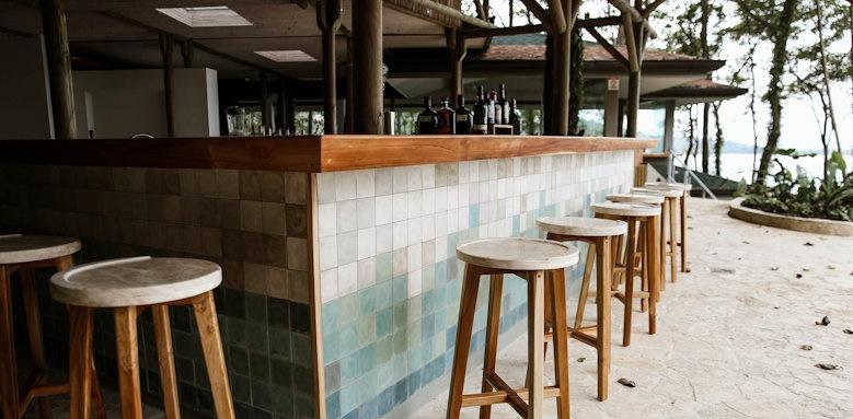 Arenas del Mar Beachfront & Rainforest Resort, lobby bar
