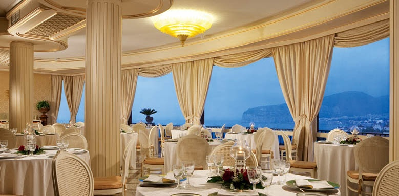 Grand Hotel Capodimonte, indoor restaurant