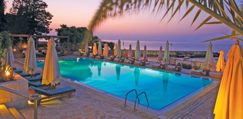 Londa, pool at night