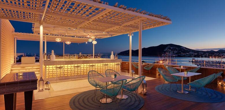 Aguas de Ibiza, pool bar azotea al anochecer