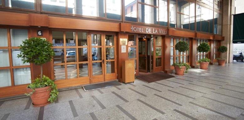 Sina De La Ville, entrance