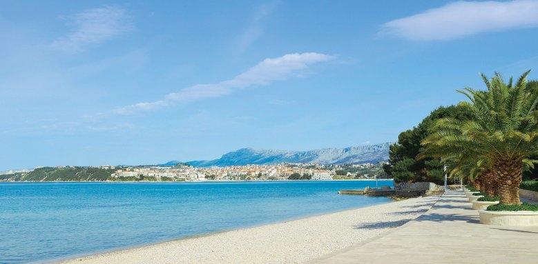 Le Meridien Lav, beach
