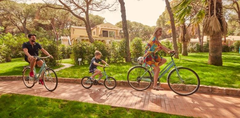 Le Palme, family on bikes