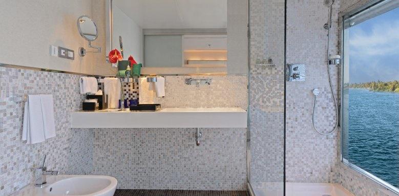The Oberoi Zahra, cabin bathroom