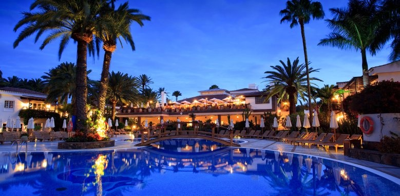 Seaside Grand Hotel Residencia, pool at night