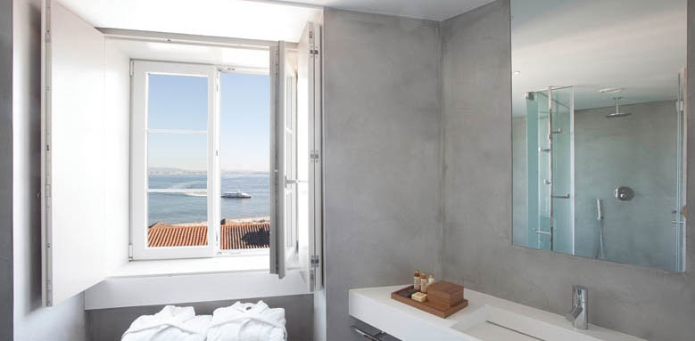 Memmo Alfama, superior room bathroom