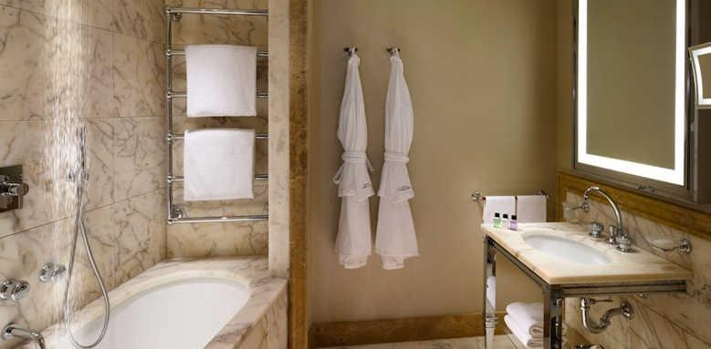 Hotel L'Orologio, guestroom bathroom