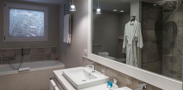 Hotel Bouganville, deluxe bungalow bathroom