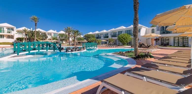 H10 Ocean Suites, pool and seating